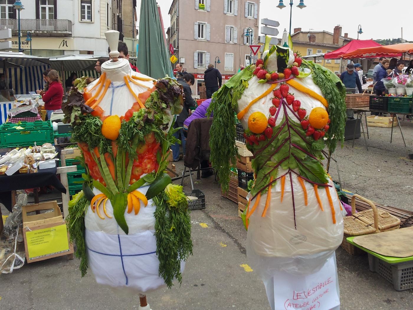 performance-costume-costumiere-en-public-couture-vegetale-legumes-marche-annonay