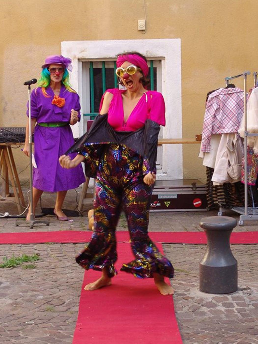 spectacle-clowns-defile-de-mode-performance-dans-la-rue-rencontres-de-la-belle-trame