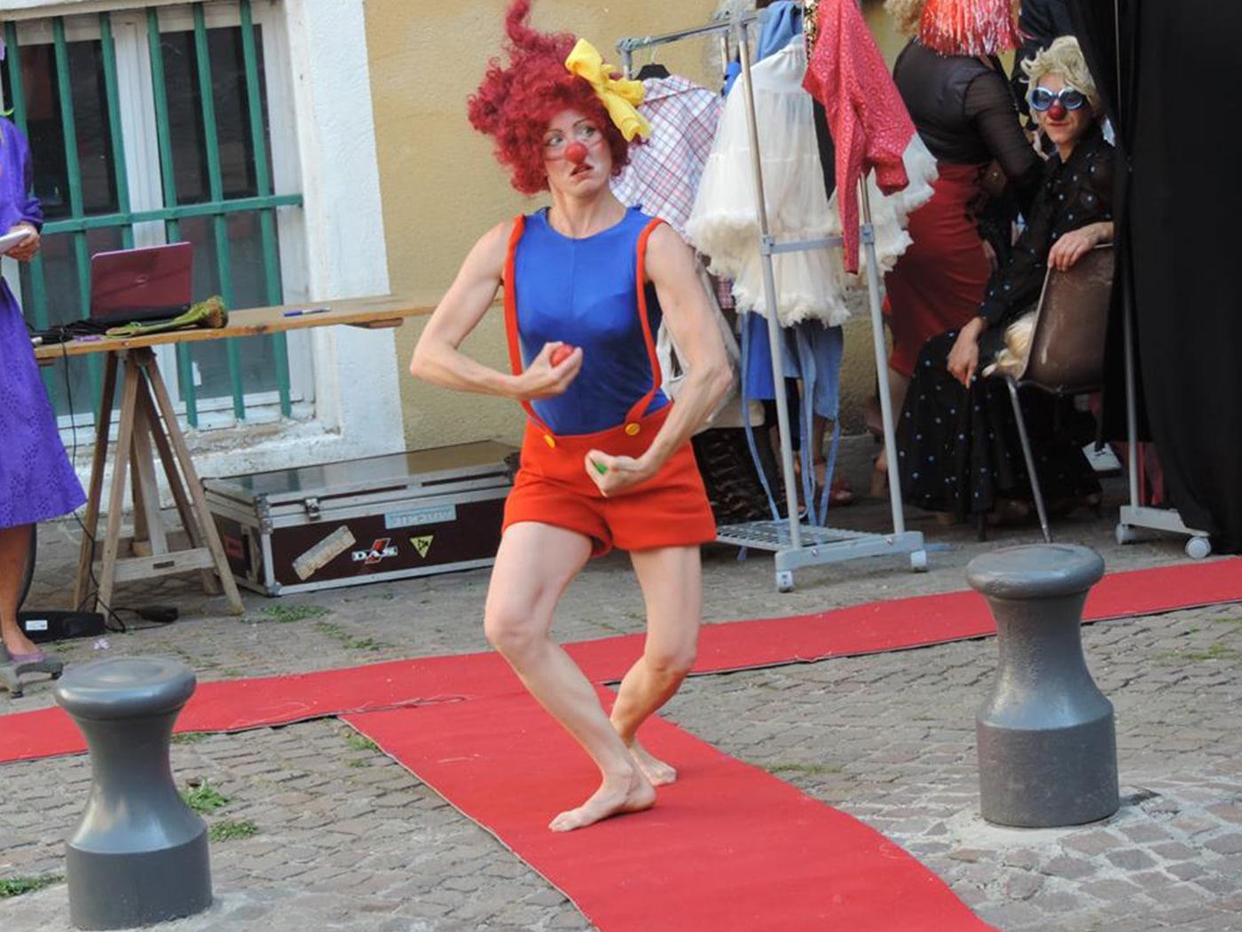 spectacle-clowns-performance-dans-la-rue-rencontres-de-la-belle-trame